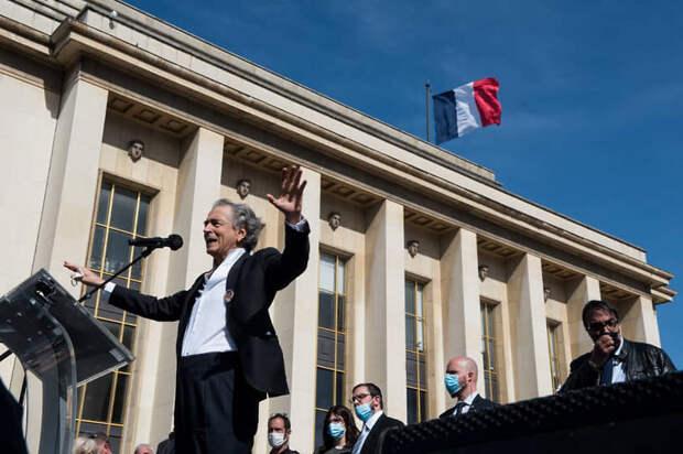 Философ Бернар-Анри Леви выступает на митинге в Париже