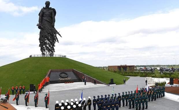 Потрясающее зрелище: тысячи дронов в небе над Ржевским мемориалом (ФОТО, ВИДЕО)