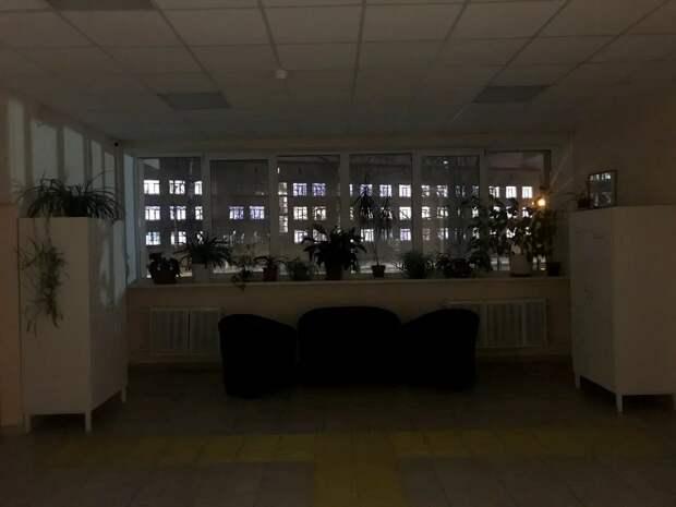 Окна психоневрологического интерната сияют сквозь окна дома престарелых. Фото автора