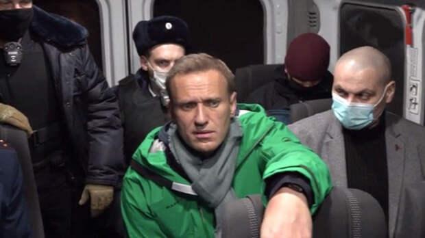 Кадры с Навальным после задержания в аэропорту Шереметьево