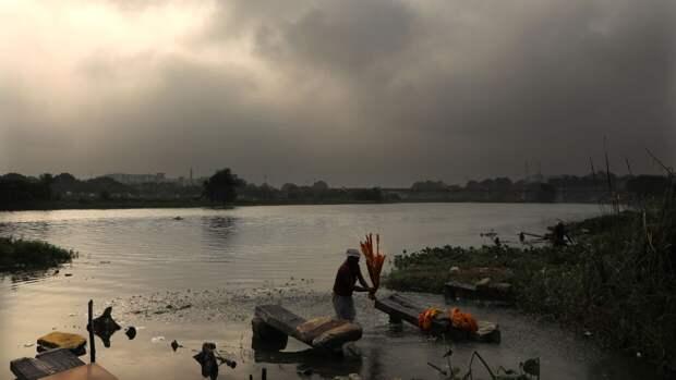 Семь пассажиров перевернувшейся лодки утонули в реке в Индии