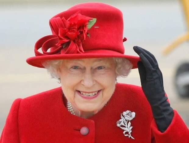 Поддельное фото Елизаветы II на автобусе в США вызвало международный скандал