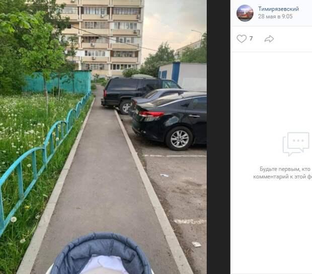 Припаркованные авто «вылезают» на тротуар у парка «Дубки»