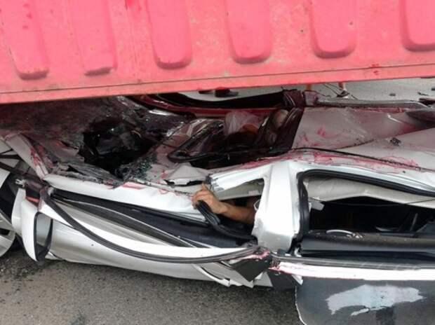 Водитель и пассажир выжили в раздавленном контейнером автомобиле