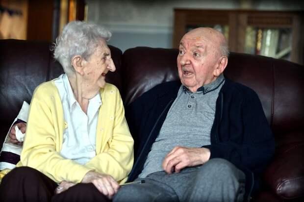 «Ты никогда не перестанешь быть мамой»: 98-летняя мать переехала к 80-летнему сыну в дом престарелых, чтобы за ним ухаживать