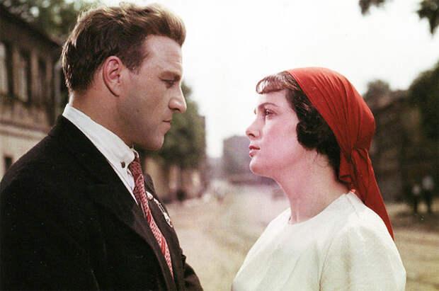 Михаил Ульянов и Элина Быстрицкая в фильме «Добровольцы», 1958 год.