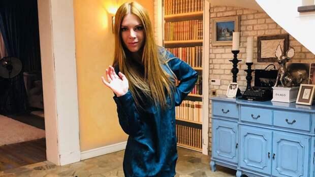 Подольская покрасовалась перед камерой в платье за 243 тысячи рублей