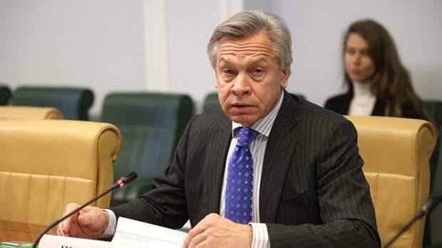 Пушков рассказал, для чего Байден пытается лебезить перед Россией
