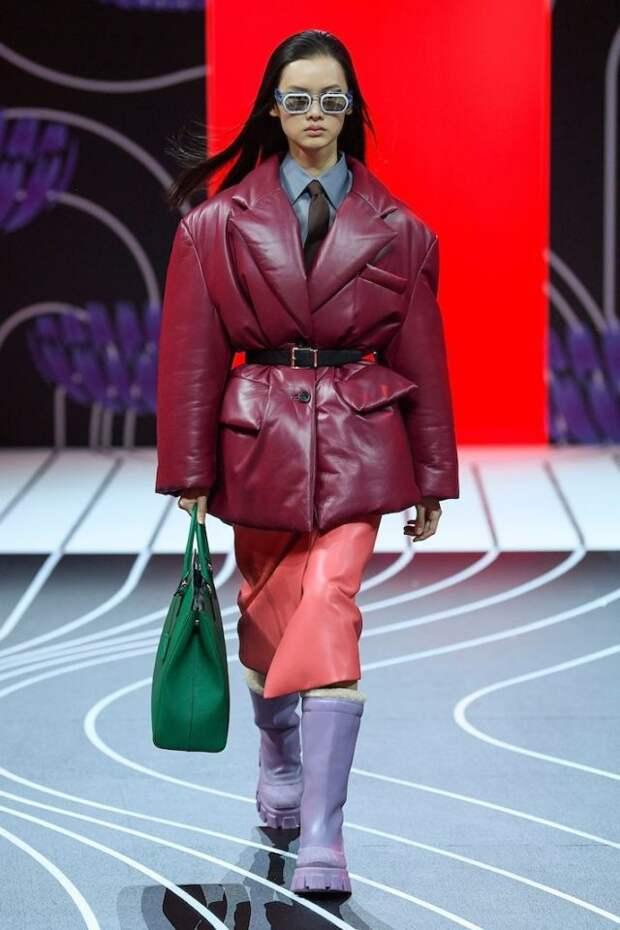модель в бордовой куртке на подиуме