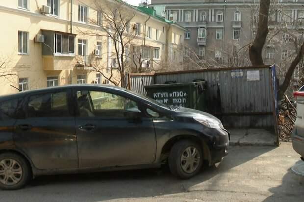 В Приморье вводят штраф за парковку возле мусорных баков