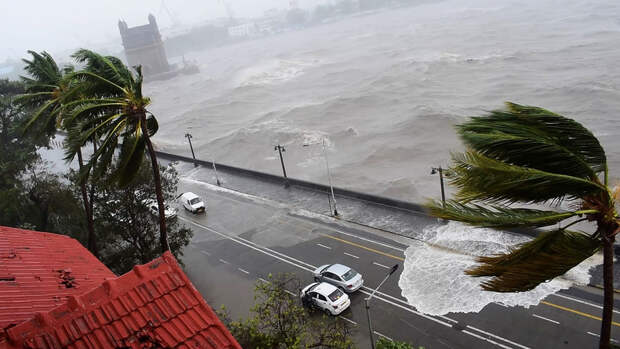 """Новая напасть: на побережье Индии обрушился циклон """"Тауктаэ"""""""