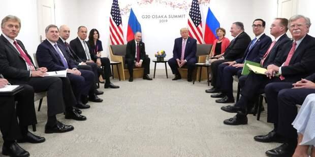 Песков рассказал, кто выбирает «красивых переводчиц» Путину