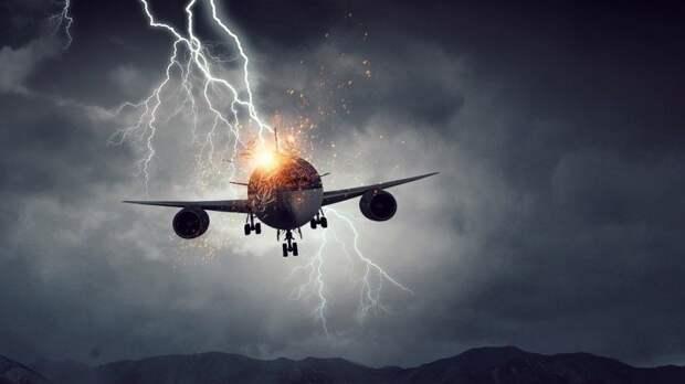 Сразу пять самолетов попали под удар молний внебе над Сочи