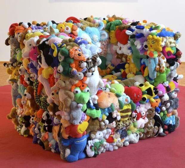Кресло с обшивкой из мягких игрушек