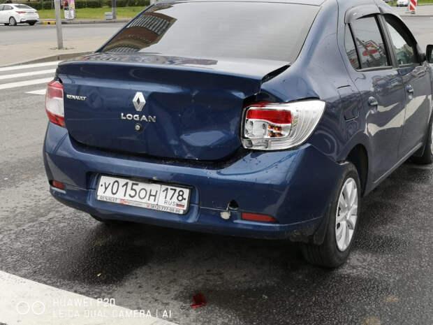 На Дунайском проспекте в Петербурге самосвал толкнул Renault Logan