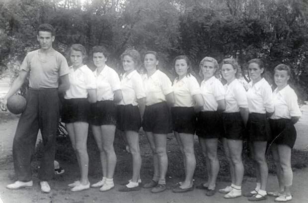 Студент Борис Ельцин – тренер женской волейбольной команды. Зональные соревнования на первенство РСФСР по волейболу Неизвестный автор, июль 1952 года, г. Курган, Ельцин Центр.
