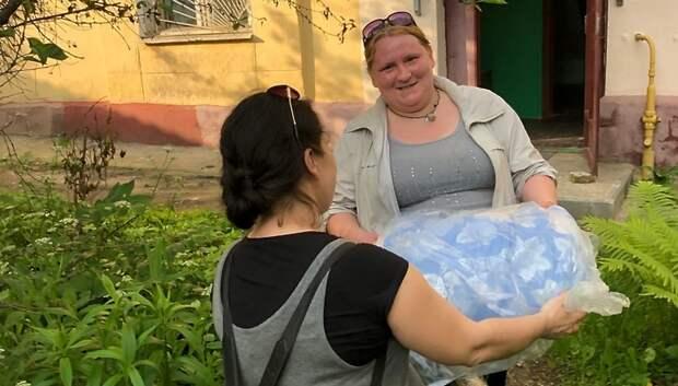Волонтеры Подольска передали продукты и игры своей подопечной с ребенком