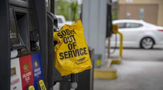 Американцы экстренно кинулись запасаться бензином. Его наливают даже в пакеты