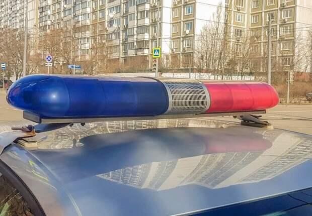 В Колпино пьяный мужчина забаррикадировался в квартире с шестью детьми