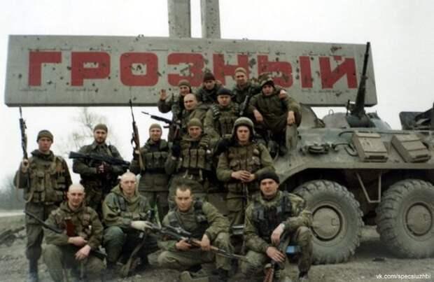 Российские военнослужащие у въезда в Грозный. Февраль, 2000 год.