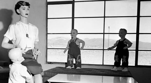 Манекены перед 40 000-килотонным взрывом в Юкка Флэт, штат Невада. 24 апреля 1955 года здесь проводился тест на определение шансов на выживание во время атомного нападения.