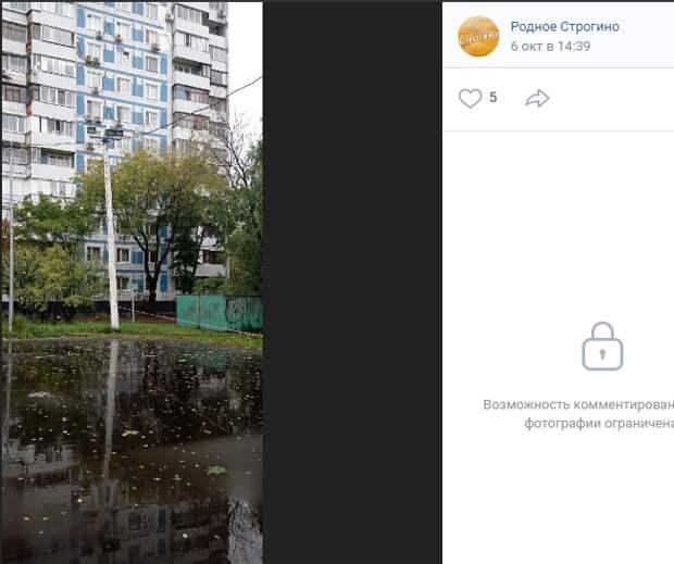 Столбы на улице Исаковского угрожающе накренились