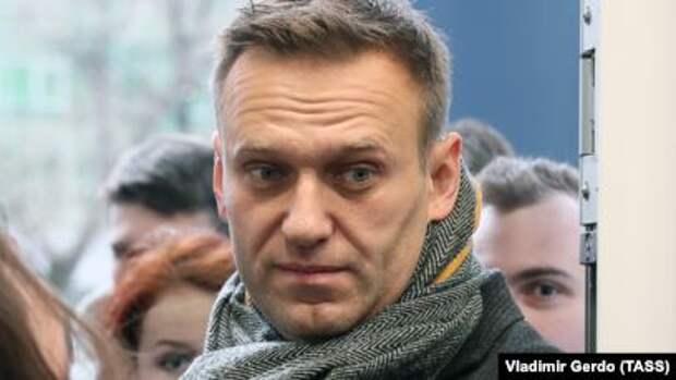 """Шарите"""": Навальный уже может вставать с кровати"""