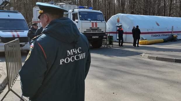 Сотрудники МЧС в Хабаровске спасли застрявших на острове рыбаков и ребенка