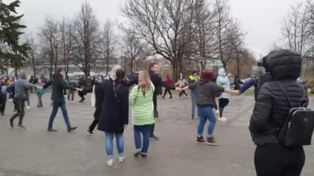 Хоровод на акции протеста в Пскове 21 апреля