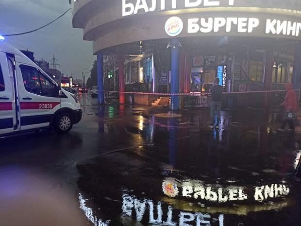Во время ливня в Приморском районе обрушился козырек на входе в торговый центр. Очевидцы сообщают о пострадавших