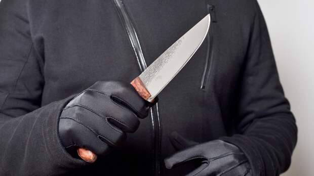Неизвестный ударил ножом школьницу на улице в Петербурге