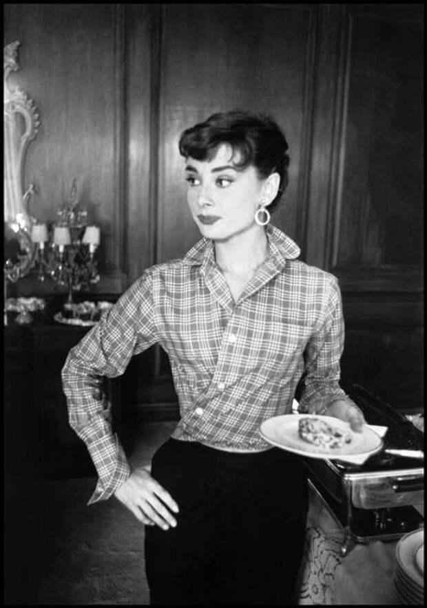 """Одри Хепберн на съемочной площадке """"Сабрины"""" (1953)."""