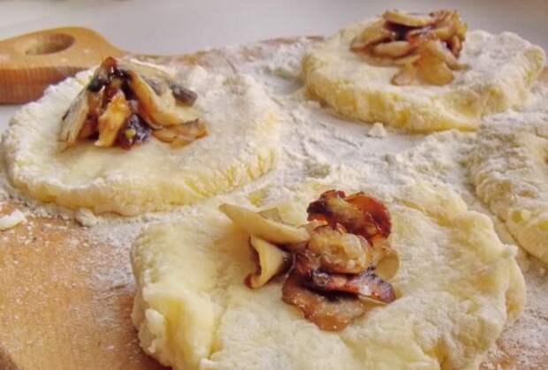 сформировав из картофеля лепешки выложим на них грибы