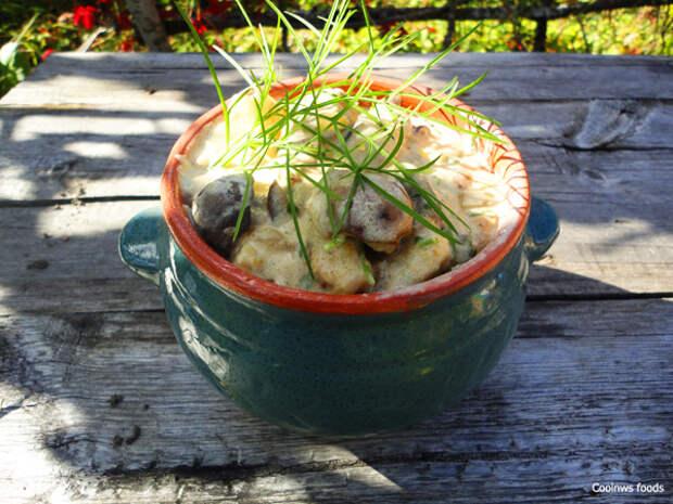 Выкладываем гнрибы с картофелем в глиняный горшочек