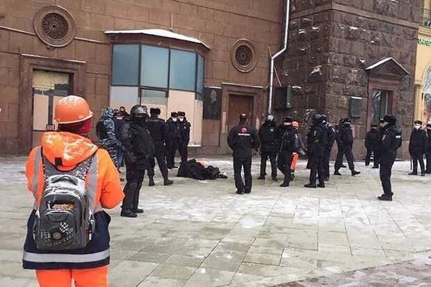 Мужчина попытался покончить с собой на улице в центре Москвы