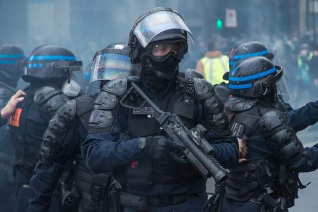 Демонстрантов в Париже разгоняли резиновыми пулями