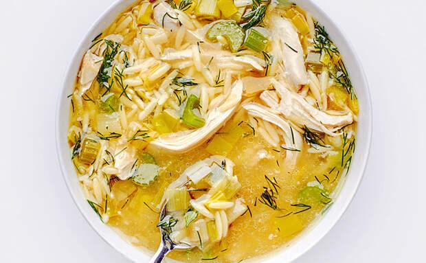 Куриный бульон всегда получается одинаковым, но мы изменим приевшийся вкус. Добавляем лук-порей, яйца и лимон
