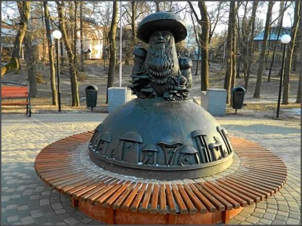 Памятник «Глазастым грибам», установленный в Рязани