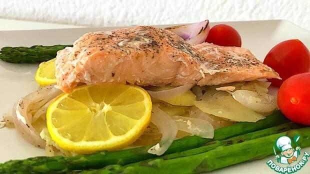 Рыба и картошка в фольге на сковороде