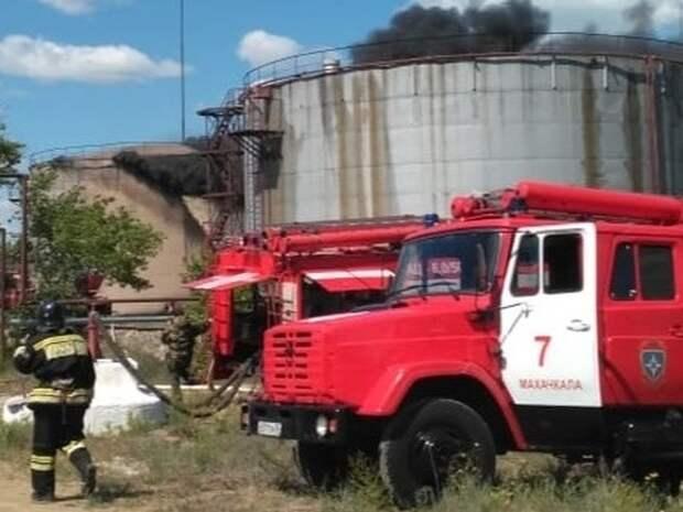 На нефтебазе в Махачкале загорелся резервуар с мазутом