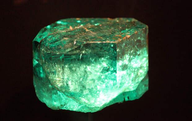 7 место. Изумруд  — минерал от жёлто-зелёных до сине-зелёных оттенков. Месторождения: Австрия, Бразилия, Замбия, Ирландия, Египет, Канада, Колумбия, Мадагаскар, Норвегия, Россия, Танзания, Сомали, США. (greyloch)
