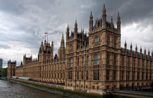 Это незаконно: умирать в здании парламента.