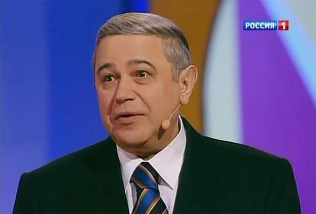 Петросян пришел в театр с Брухуновой и сфотографировался в обнимку с Л. Максаковой