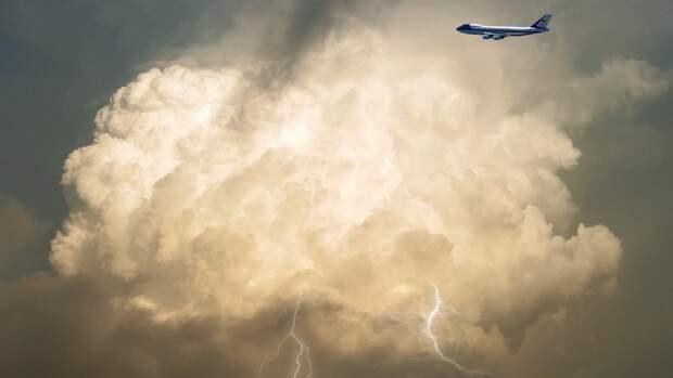 Молнии попали сразу в пять самолетов в небе над Сочи