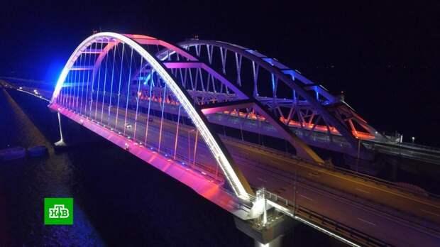 На Крымском мосту включили подсветку в цветах российского триколора