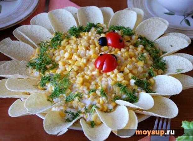 Салат с грибами, сыром и консервированными ананасами «Ромашка»