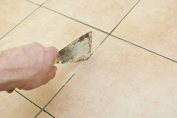 Удалите верхний слой, обеззаразьте и нанесите свежую замазку / Фото: howtospecialist.com