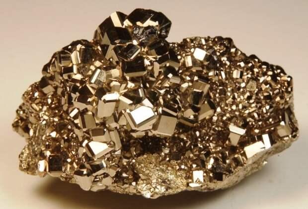 Внешне пирит очень похож на золото, поэтому часто вводит добытчиков в заблуждение / Фото: 1nerudnyi.ru