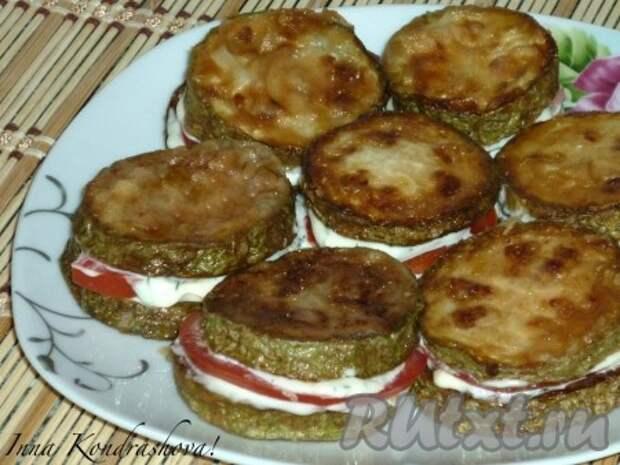 Так же соединить остальные жареные кабачки с помидорами. Наивкуснейшая закуска готова.