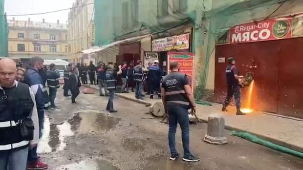 Чиновники сносят незаконные торговые прилавки в Апраксином дворе – видео